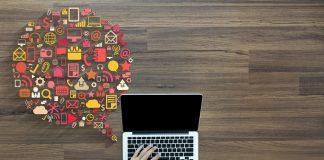 escritorio con ordenador y emoticonos digitales
